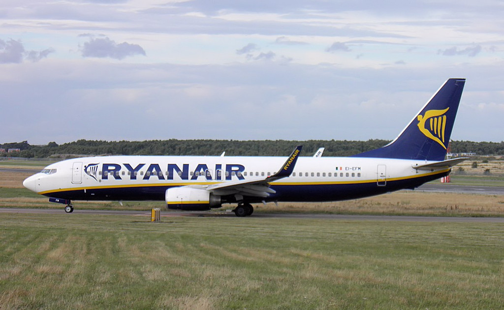 Ryanair 737-800, EI-EFM.<br /> By Lez York.