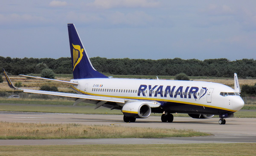 Ryanair 737-800, EI-ENO.<br /> By Lez York.