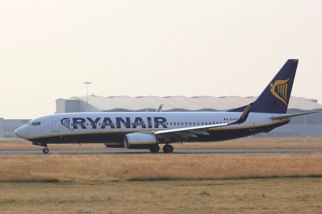 Ryanair 737-800, EI-EVR departs on rnwy 20.<br /> By Clive Featherstone.