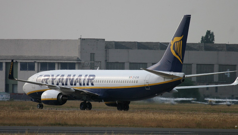 Ryanair 737-800, EI-EVR.<br /> By Jim Calow.