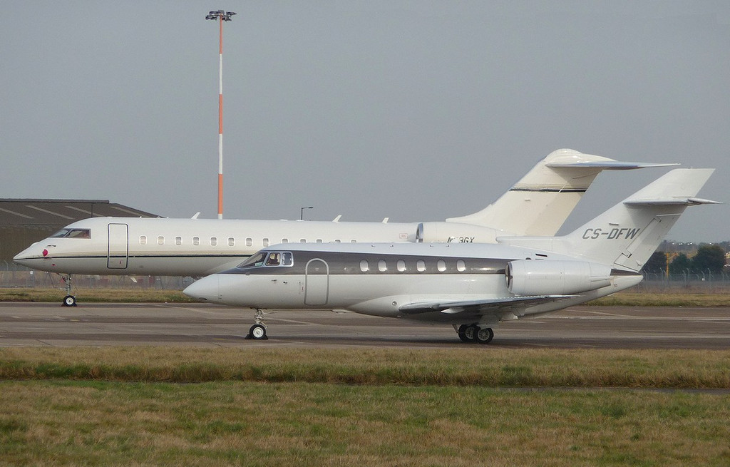 Global Express BD-700, N53GX and Netjets Europe Raytheon Hawker 800XP (cn 258664), CS-DFW<br /> By Correne Calow.
