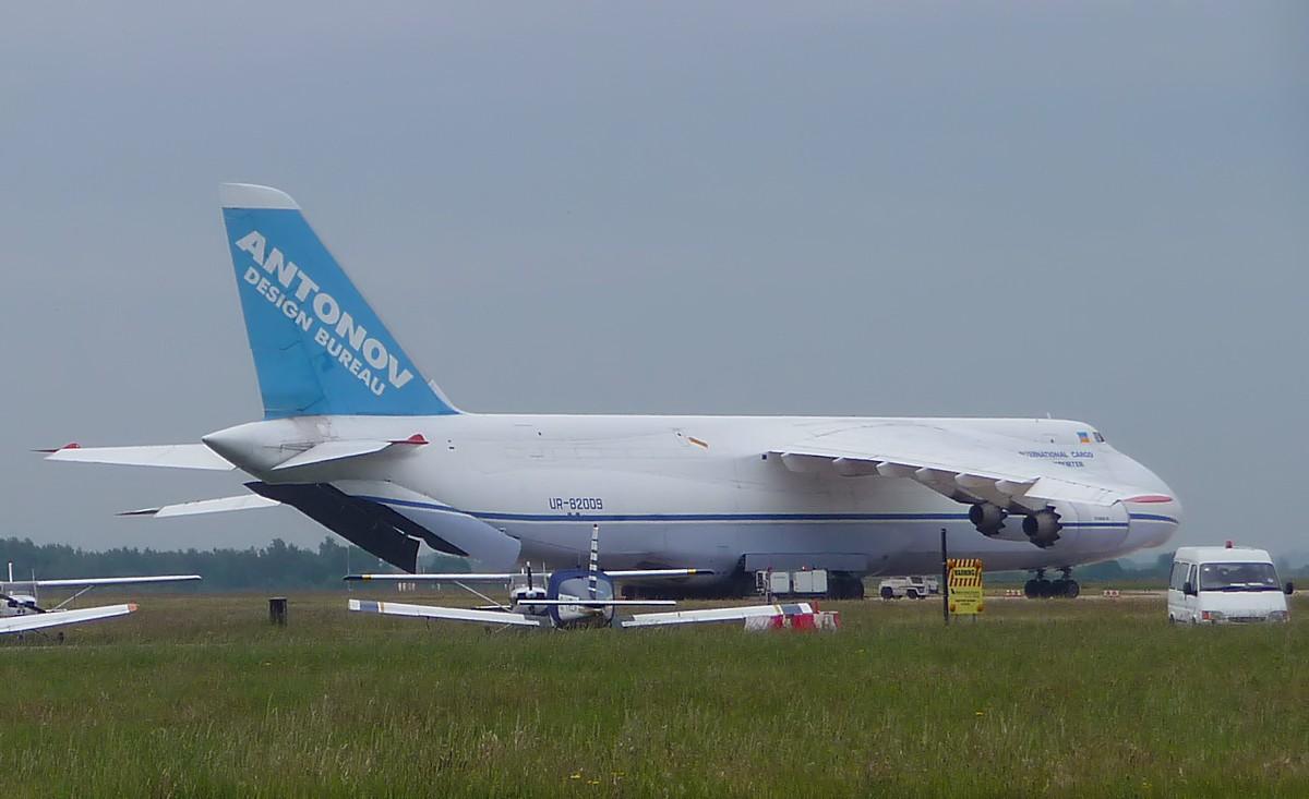 Antonov Design Bureau An-124-100 UR-82009, dwarfs the GA aircraft.<br /> By Correne Calow.