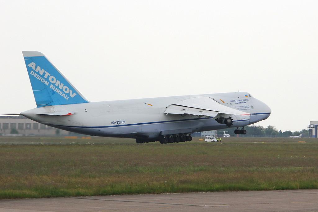 Antonov Design Bureau An-124-100 UR-82009.<br /> By Clive Featherstone.