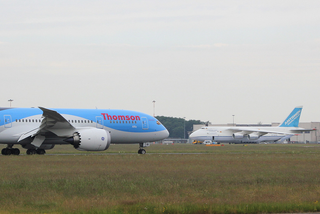 Thomson Airways 787-800 G-TUIB arrives for a crew change.<br /> By Clive Featherstone.