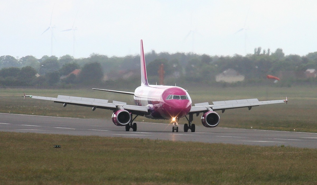 Wizz Air A320 HA-LWP.<br /> By Jim Calow.
