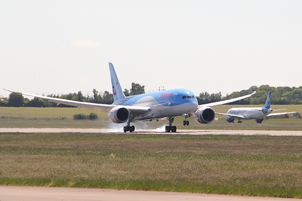 Thomson Airways 787-800, G-TUIB touches down <br /> By Clive Featherstone.