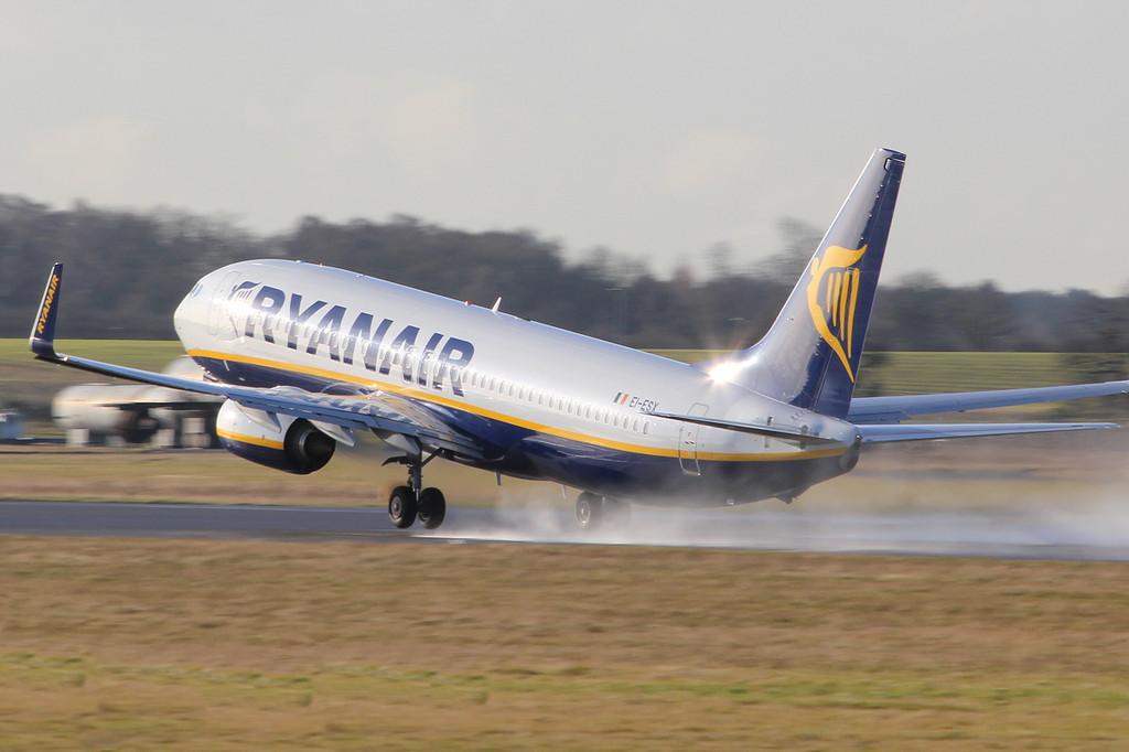 Ryanair 737-800 EI-ESX.<br /> By Clive Featherstone.