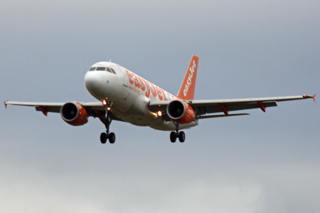 easyJet A319 G-EZBH.<br /> By Graham Vlacho.
