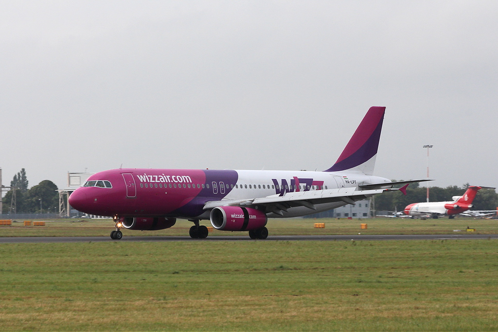 Wizz Air A320 HA-LPT.<br /> By Clive Featherstone.