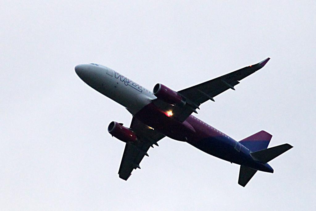 Wizz Air A320 HA-LYQ <br /> By Graham Vlacho.