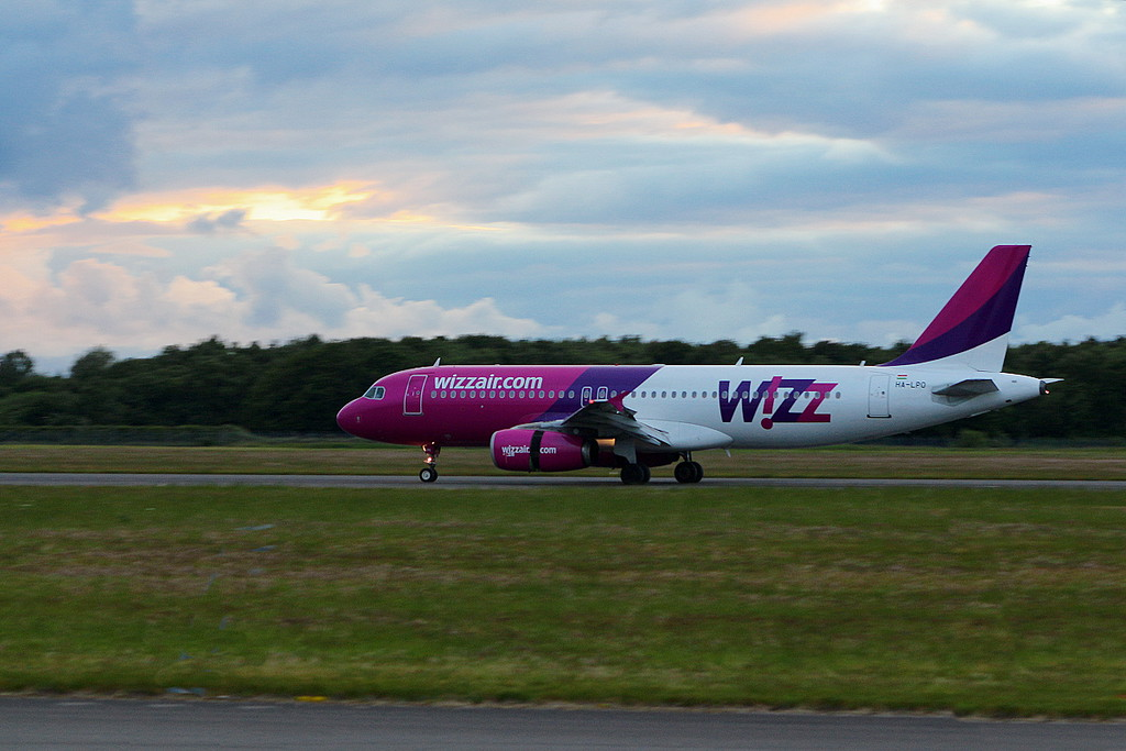 Wizz Air A320 HA-LPO arriving<br /> By Clive Featherstone.