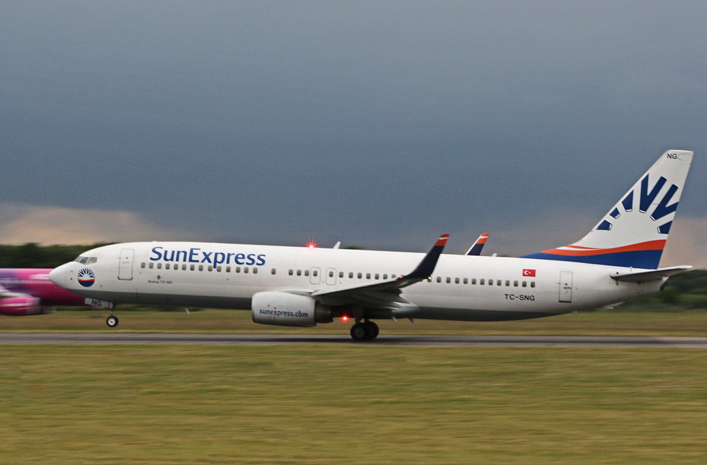 Sun Express, 737-800, TC-SNG<br /> By Clive Featherstone.