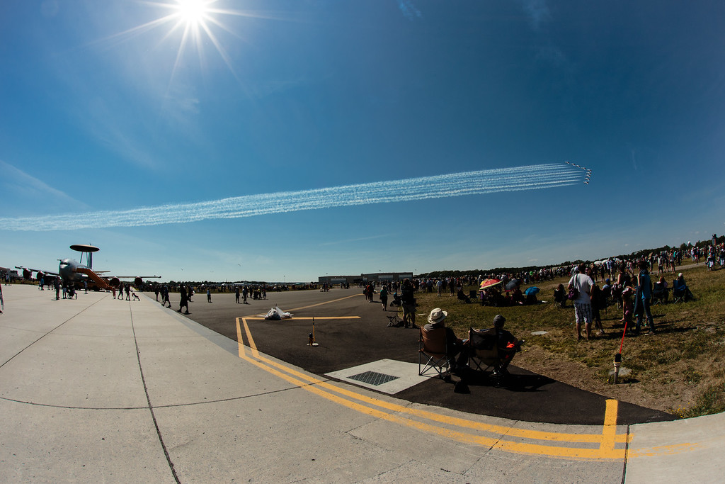 "431 (AD) Sqn ""Snowbirds"" fly past the showline"