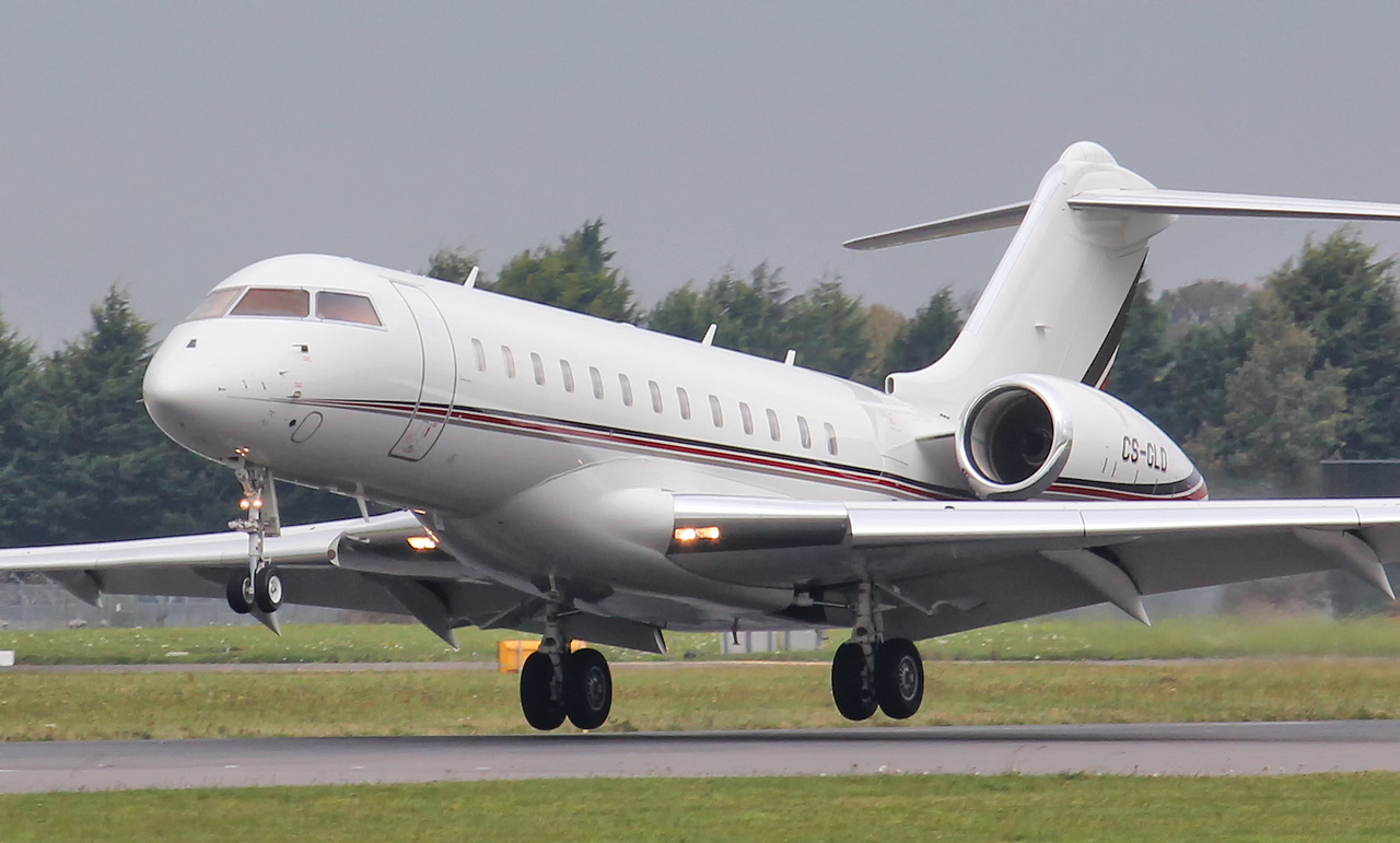 Netjets Europe, Bombardier BD-700-1A10 Global 6000, CS-GLD<br /> By Jim Calow.