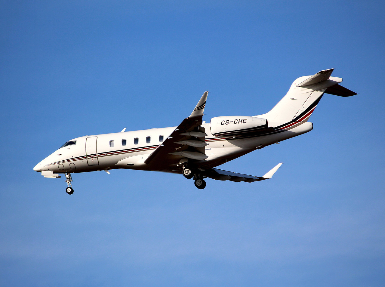 Netjets, Bombardier BD-100-1A10 Challenger 350, CS-CHE<br /> By Graham Miller.