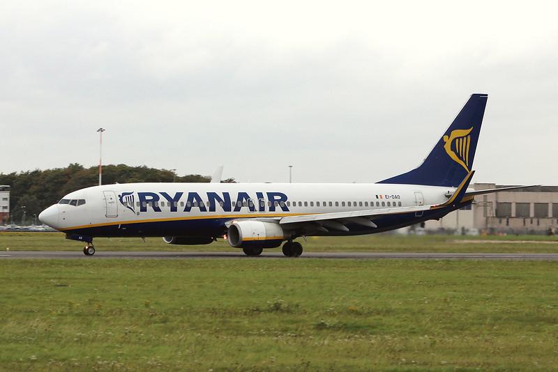 Ryanair, 737-800, EI-DAO<br /> By Graham Miller.