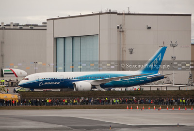 787 on 12/15/09 - rolling past Boeing workers on it's way to first flight.