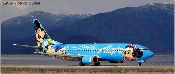 """HELLO FROM DISNEYLAND"", Alaska Airlines Boeing 737-400 at Wrangell, Alaska, USA-----""POZDRAV Z DISNELANDU"", Boeing 737-400 aljasskych aerolinek ve Wrangellu, Aljaska, USA."