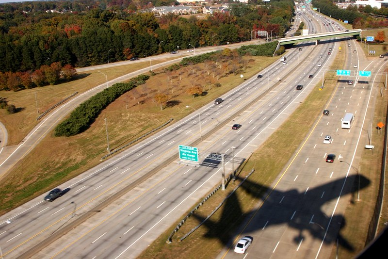 757 crosses Interstate 85 Northbound for Runway 8L at Atlanta Hartsfield Airport