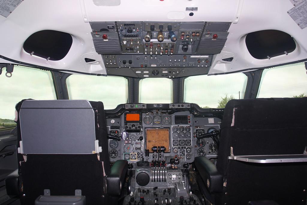 G-AWZX HS-121 Trident 3B-101Cockpit (2)