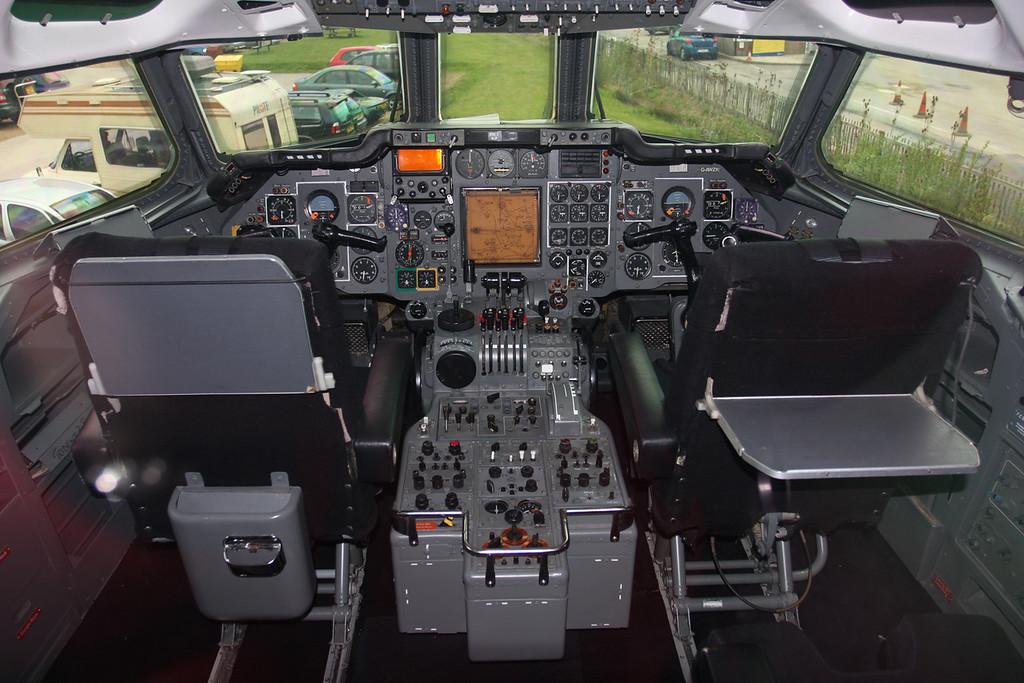 G-AWZX HS-121 Trident 3B-101Cockpit (1)