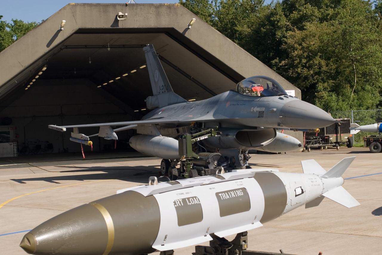 F-16 voor hangar. Onderdeel van de static display op de open dagen van de luchtmacht.