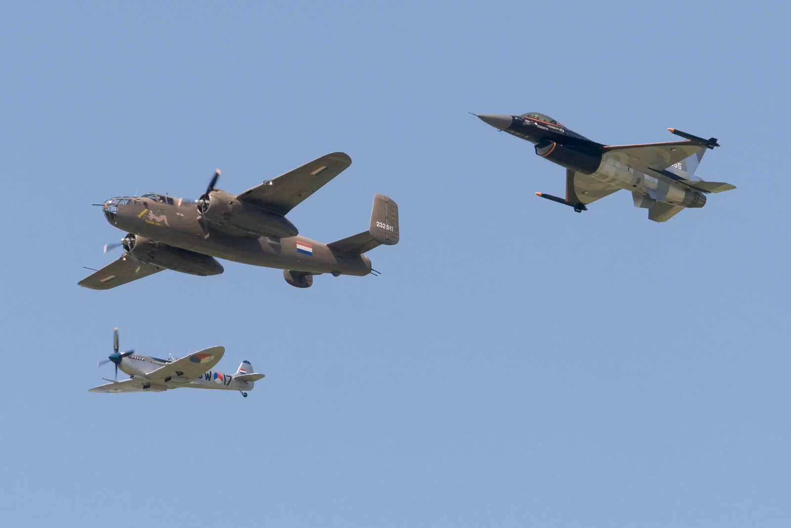 Heritage flight. Spitfire, B-25 Mitchell en F-16 demo. Royal Netherlands Air Force.