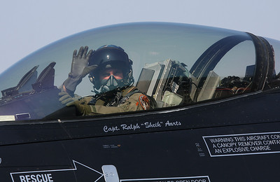 Dutch solo display Viper pilot is waving to thousands of photographers.