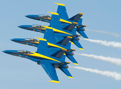 Blue Angels Echelon Pass 3, precision flying at 400 mph with minimum separation