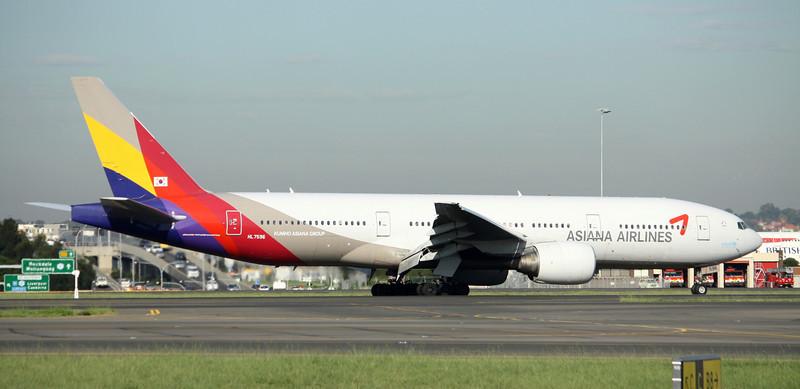 Asiana Airlines Boeing 777-28EER HL7596