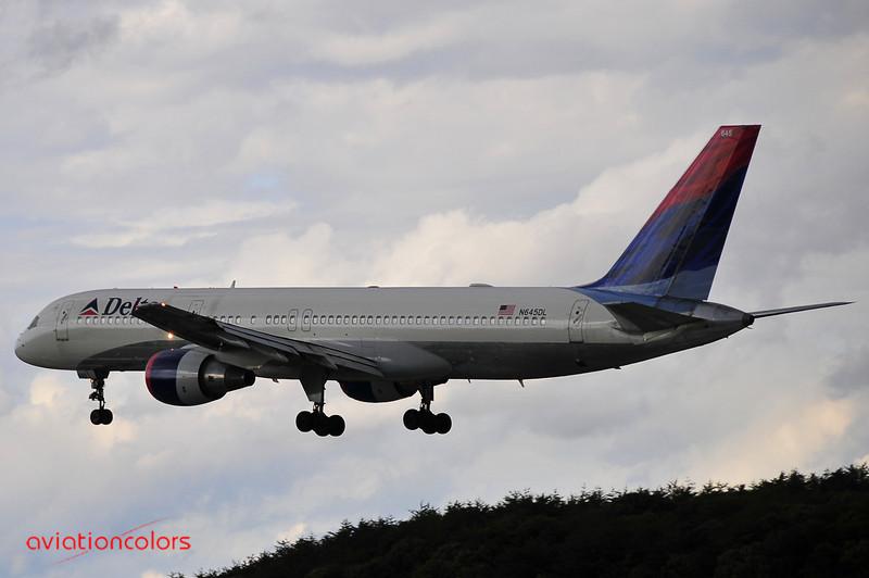 N645DL - 1989 BOEING 757-232 - 9/27/2009.