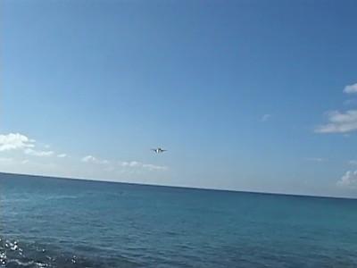 United A320 landing @ Princess Juliana International Airport - Maho Beach  - St. Maarten