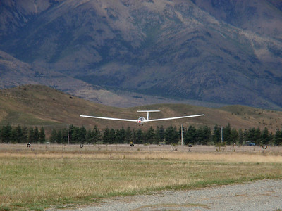Glider flying in strong mountain waves in Omarama in New Zealand. Better than s.....