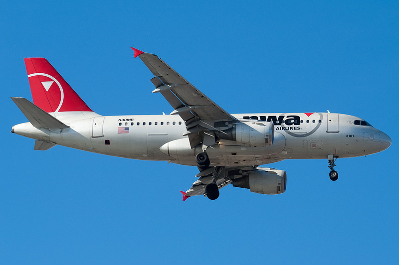 A Northwest A319 is on final to 04R.