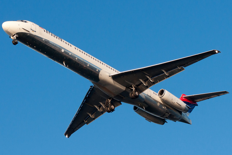 Underbelly of a Delta MD-88 on final to runway 27 at BOS.
