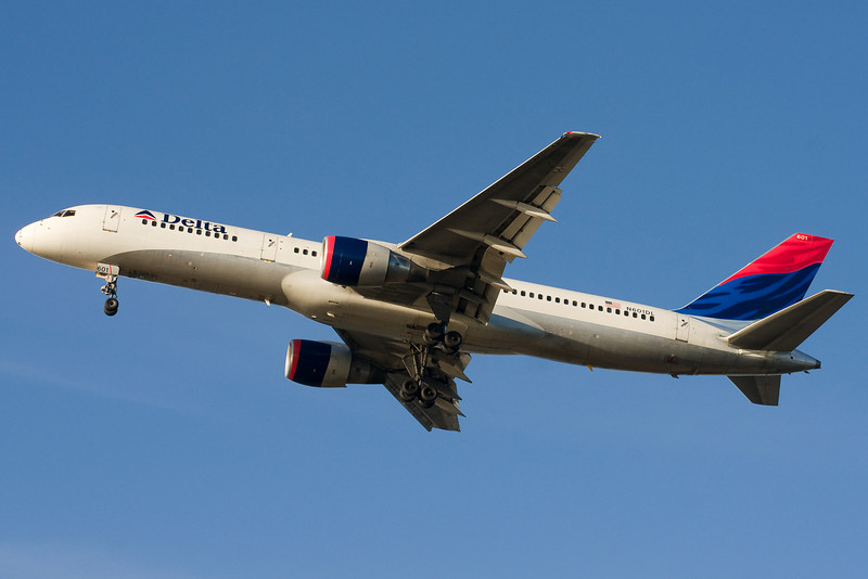 Delta Airlines 757 on final for 27.