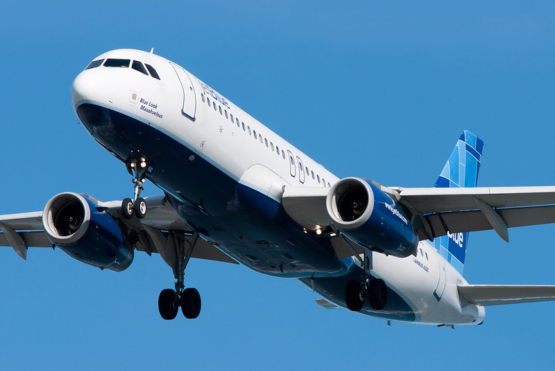 Blue Look Maaahvelous, a JetBlue A320 on final for runway 27.