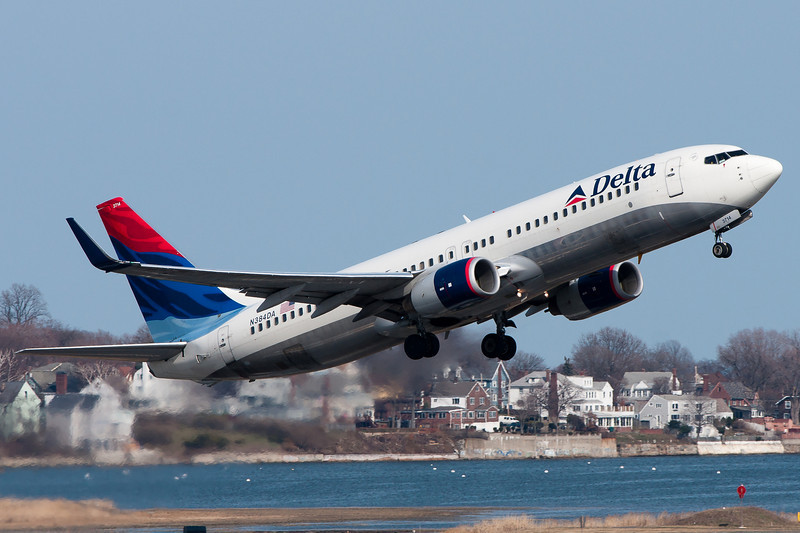 This Delta 737 could use some new paint.
