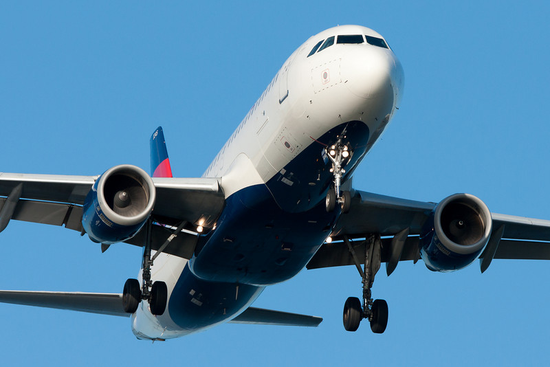 A Delta Airbus A320 on final for runway 27.