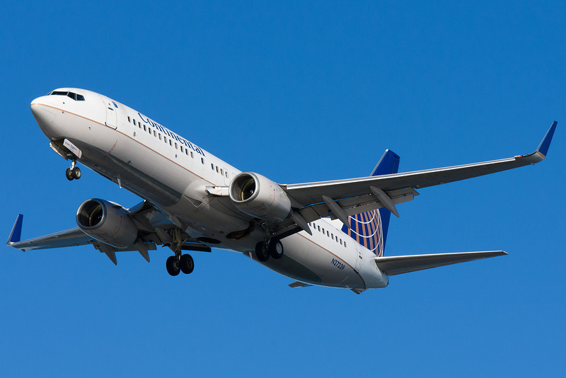 Continental's 737-800 on final for runway 27 at BOS.