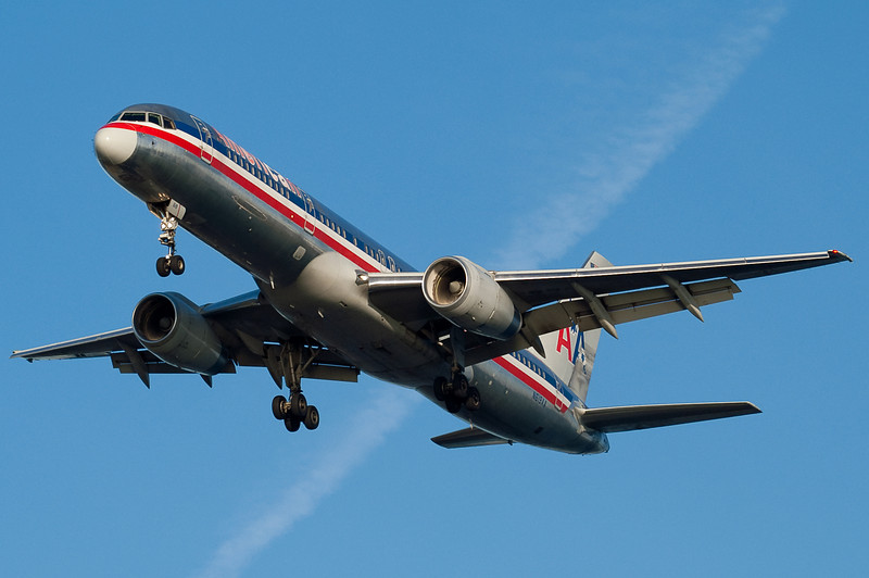 This American 757 is on final to 27.