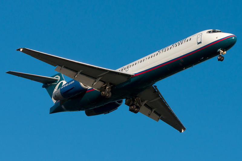 An AirTran 717 on final for runway 27.