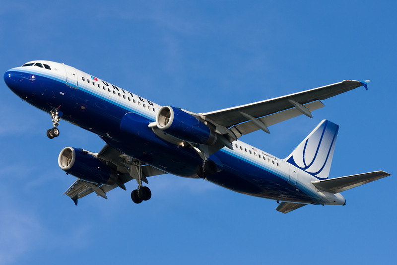 A United A320 on final for runway 27.