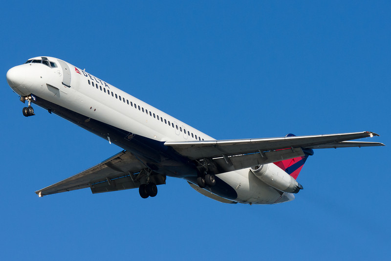 A Delta (nee Northwest) DC-9 on final with some mismatched body parts.