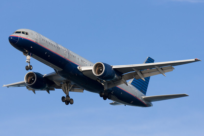 A United 757 in old (and rather ragged) paint on final for runway 27.