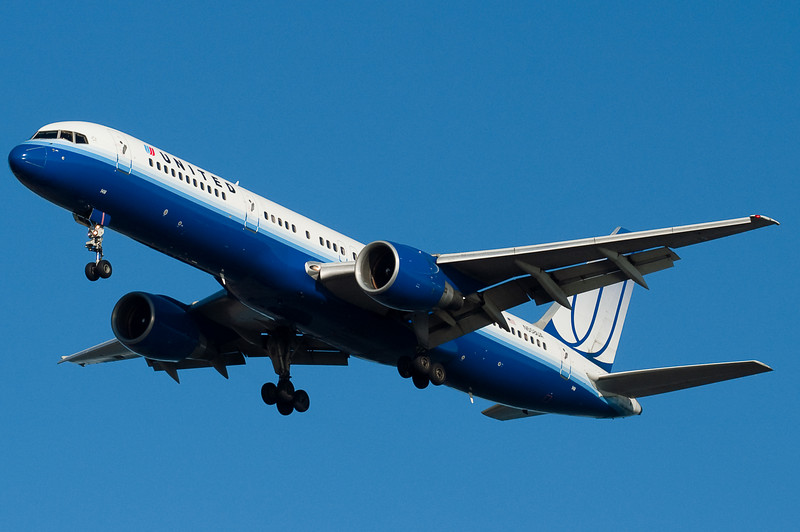 United's 757 on final for runway 27.