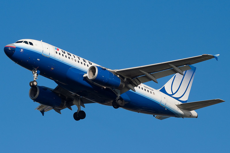 This United A320 has an old scheme nose.