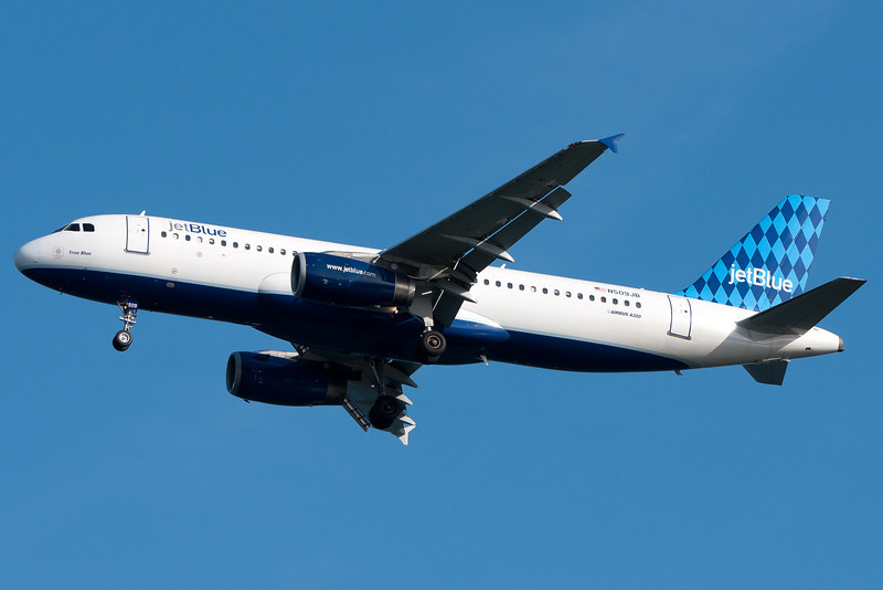 A JetBlue A320 on final for runway 04R.