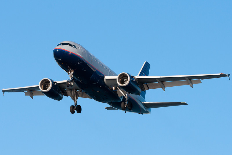 A United A319 is on final for runway 27.