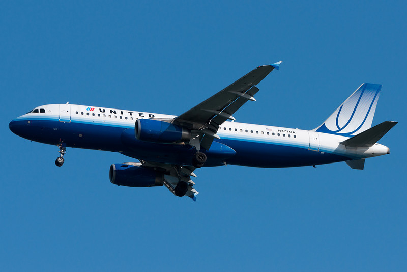 A United Airbus on final for runway 04R.